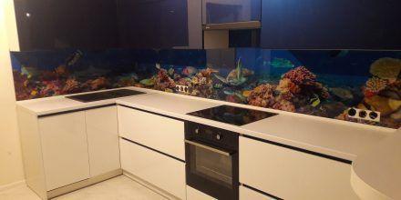 Кухня со стеклянным фартуком в морском стиле
