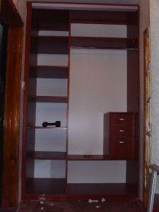 зеркальный встроенный в стену шкаф вид внутри