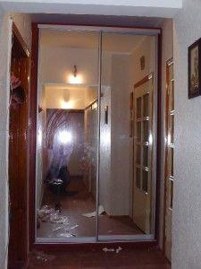зеркальный встроенный в стену шкаф