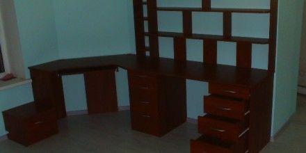 книжные стелажи встроенные в стол, совокупное рабочее место
