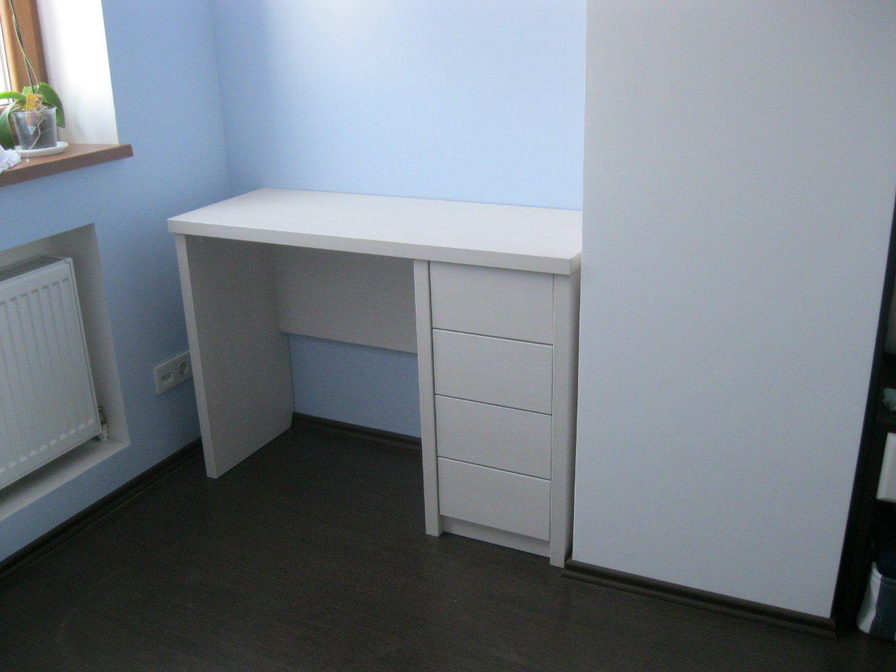 стол и тумбочка, почти встроенные