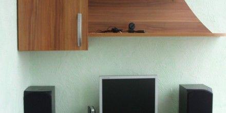 красивый подвесной шкафчик с книжными полками с боку