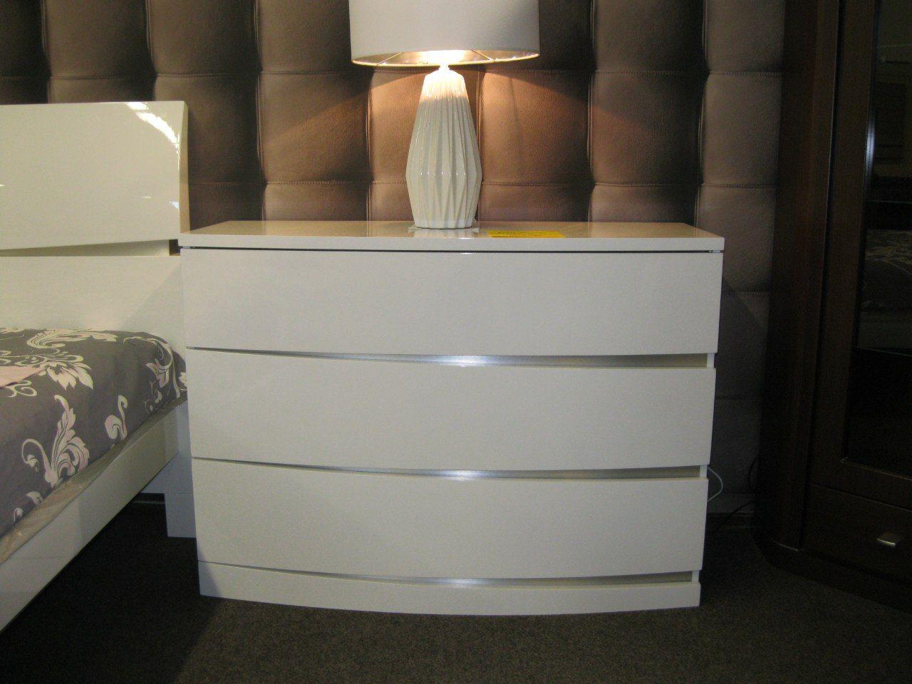 каммод в хайтек стиле с лампой белого цвета
