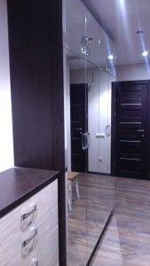тумбочка и зеркальный шкаф в коридор