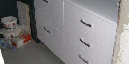 полки шкаф умывальник в ванную комнату