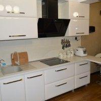 белая на ножках кухня